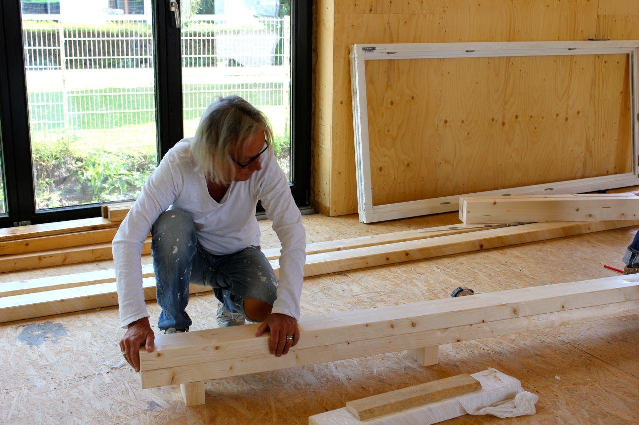 Peter beim Fensterbau
