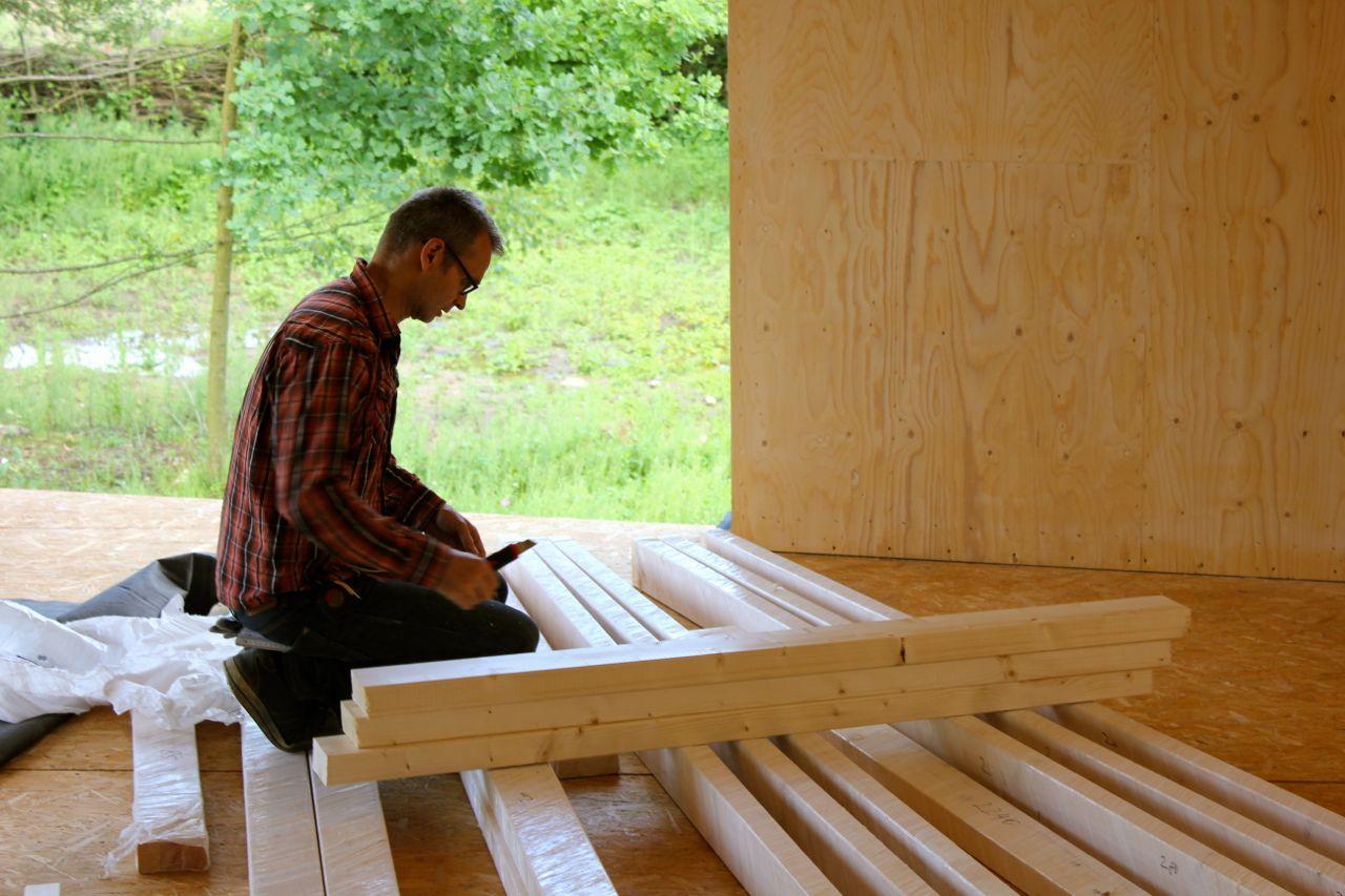 Henrik beim Fensterbau