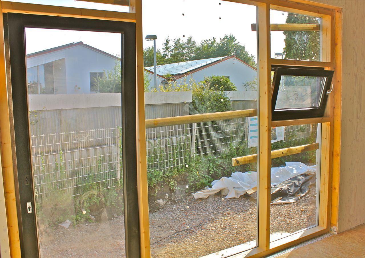 Holzrahmenfenster im großen Unterrichtsraum
